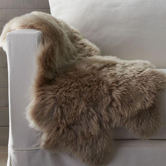 Manta alfombra piel de oveja 53x94cm almendra cratebarrelco - Alfombra oveja ...
